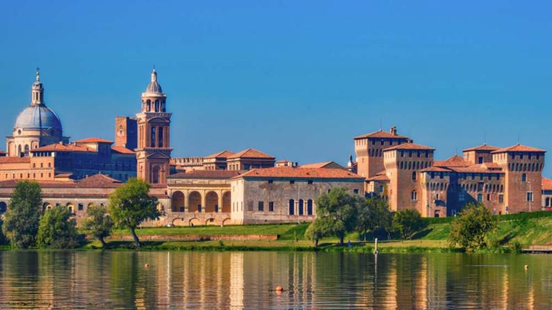 Mantova vista dal lago